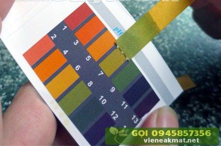 Đo pH của đất bằng giấy quỳ